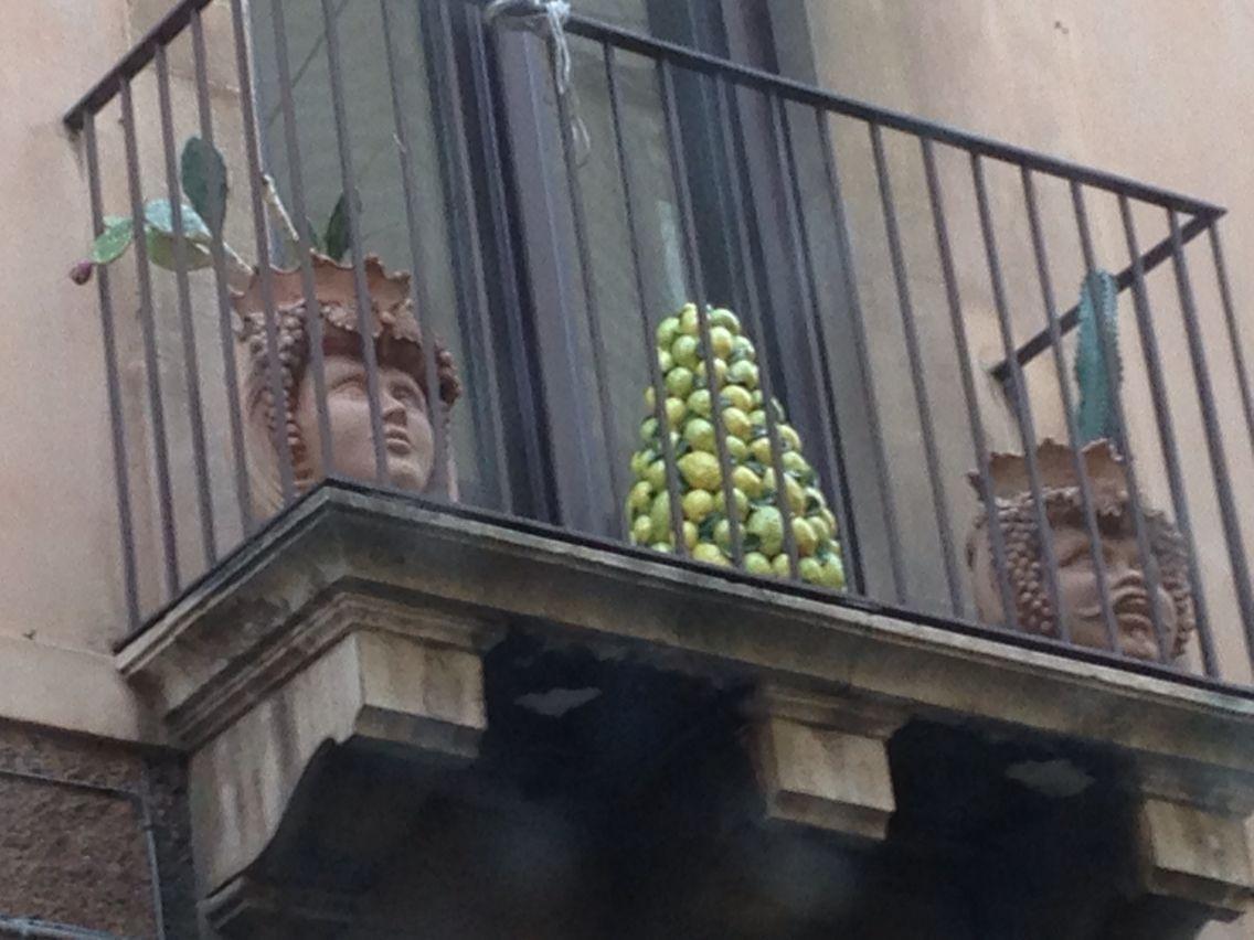 La bellissima ceramica di Caltagirone in un balcone di Catania