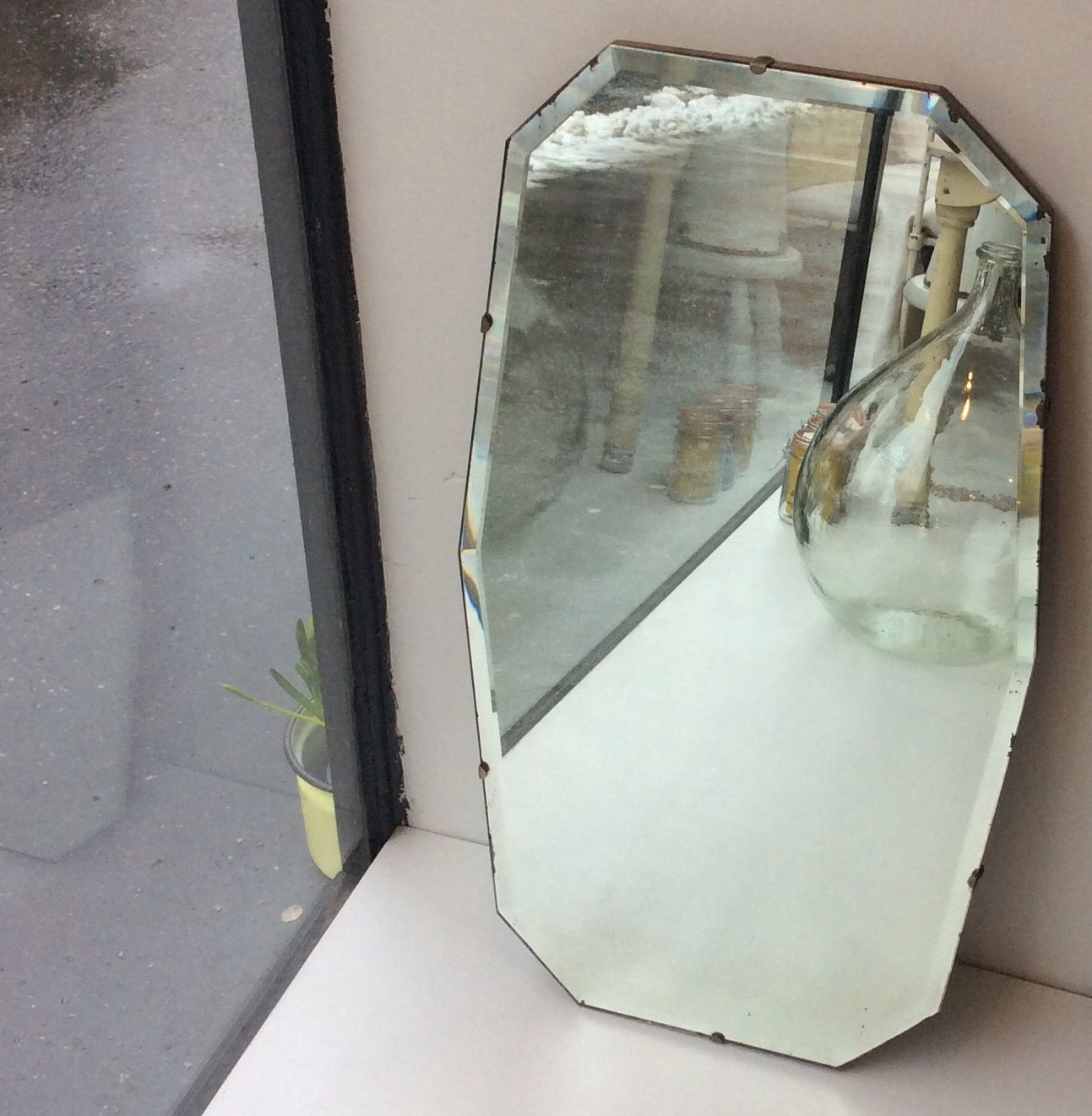 puutaustainen fasettihiottu peili 30-40 luvulta Ranskasta . korkeus 69cm . leveys 38cm . @kooPernu