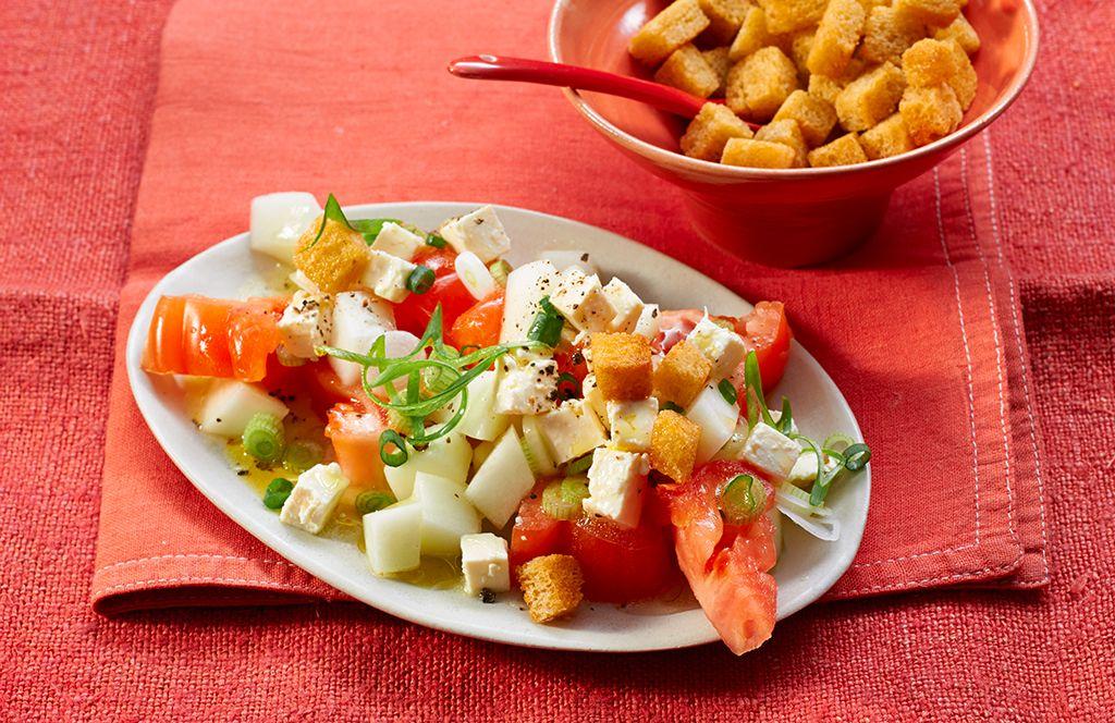 tomatensalat mit honigmelone und schafsk se leckere salate. Black Bedroom Furniture Sets. Home Design Ideas