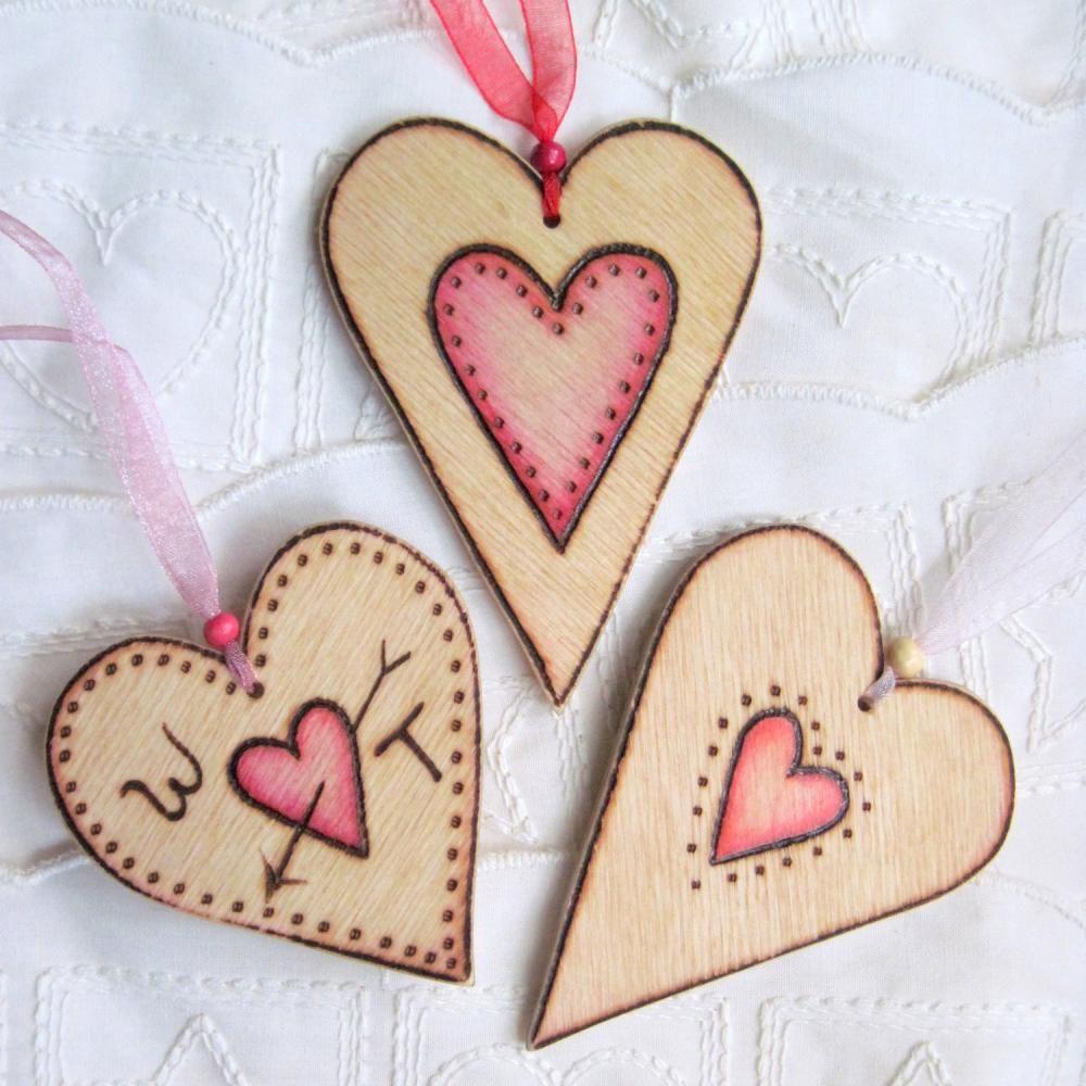 5713fcbd4f61 colgantes en forma de corazon de madera