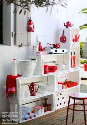 blanco y rojo mueble hecho con cajones de frutas