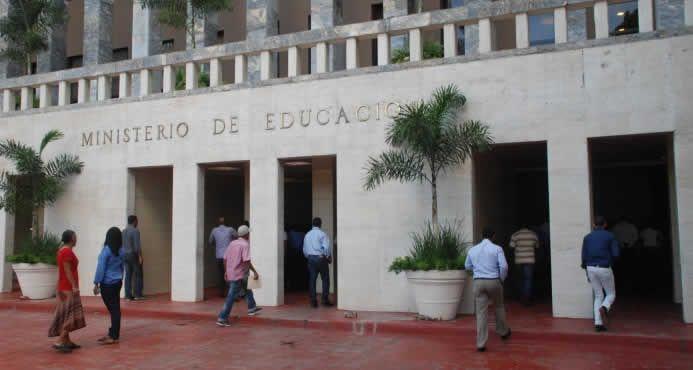 A Reina Margarita Núñez Infante, el Ministerio Público la acusa de uso de documentos falsos y estafa,  debido a un solar que le vendió al Ministerio de Educación (Minerd) por un monto de