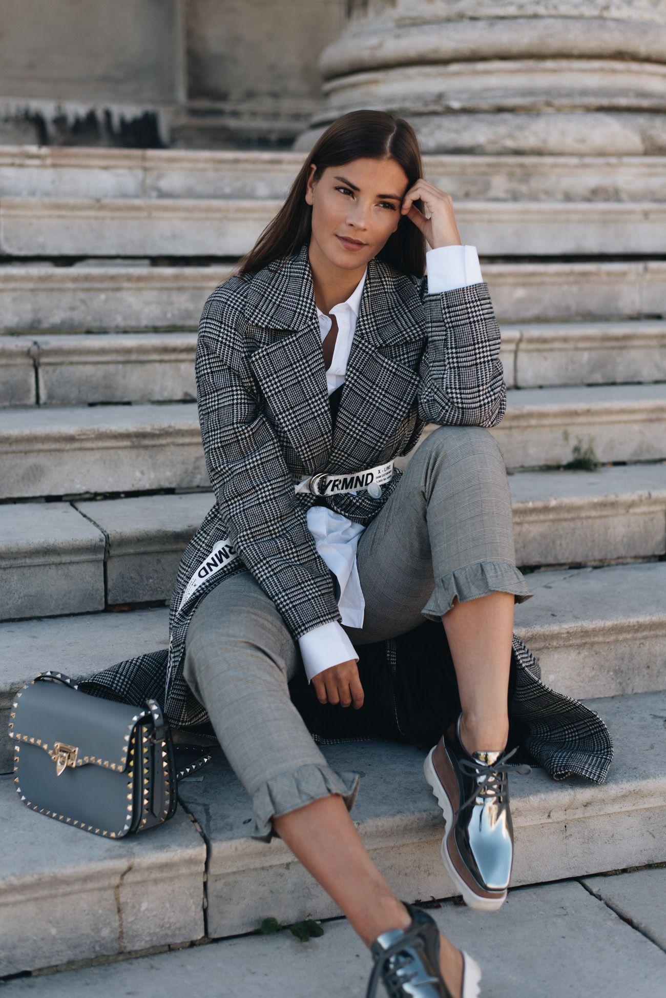 Outfit Mantel Mit Glencheck Muster Slogan Gurtel Valentino Garavani Rockstud Bag Winter Mode Outfits Modestil Outfit