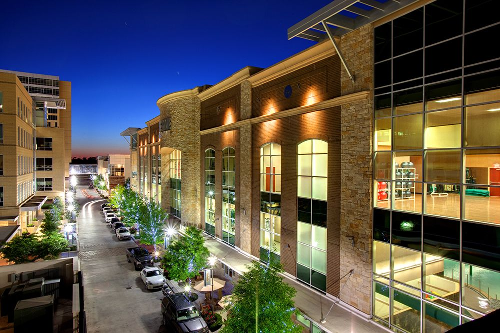 Plaza Way With The 140 000 Square Foot Life Time Athletic Facility On The Right Citycentre Houston Apartment Stone Creek House Styles