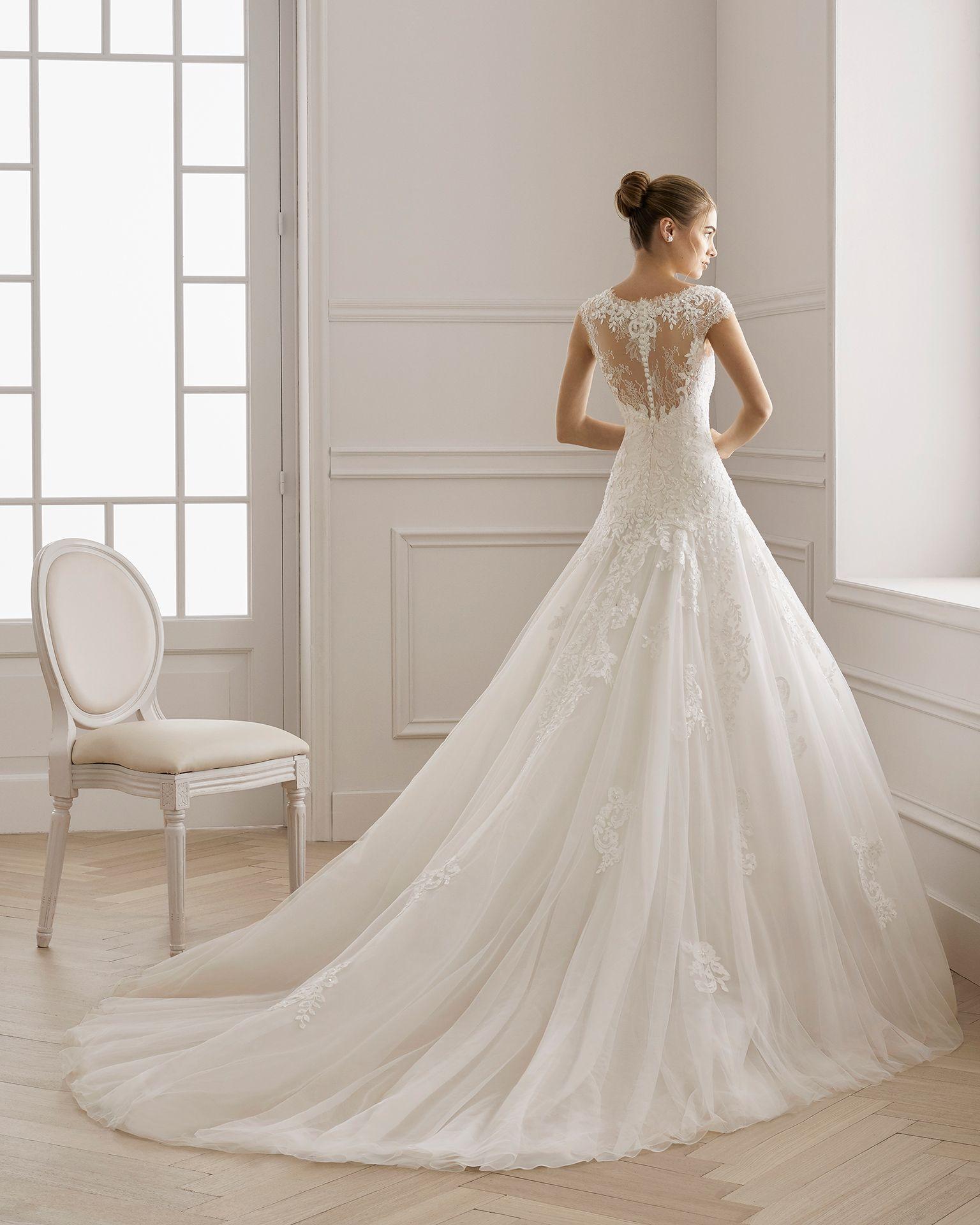 6a1f4c11 Vestido de novia estilo romántico de encaje pedrería y tul. Escote V y  espalda de