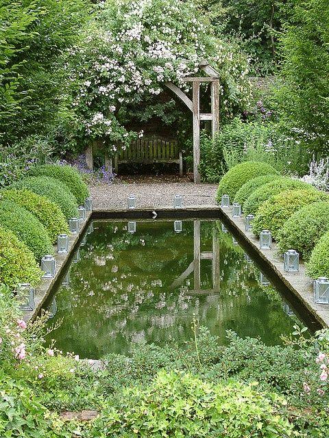 Round Boxwood Hedges In The Garden Springbrunnen Garten Wasser Im Garten Garten