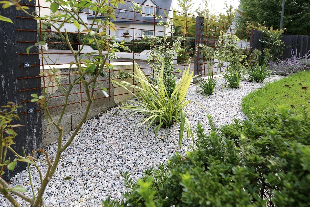 Petite Cloture De Jardin Blanche massif délimité par une bordure acier clôture en acier