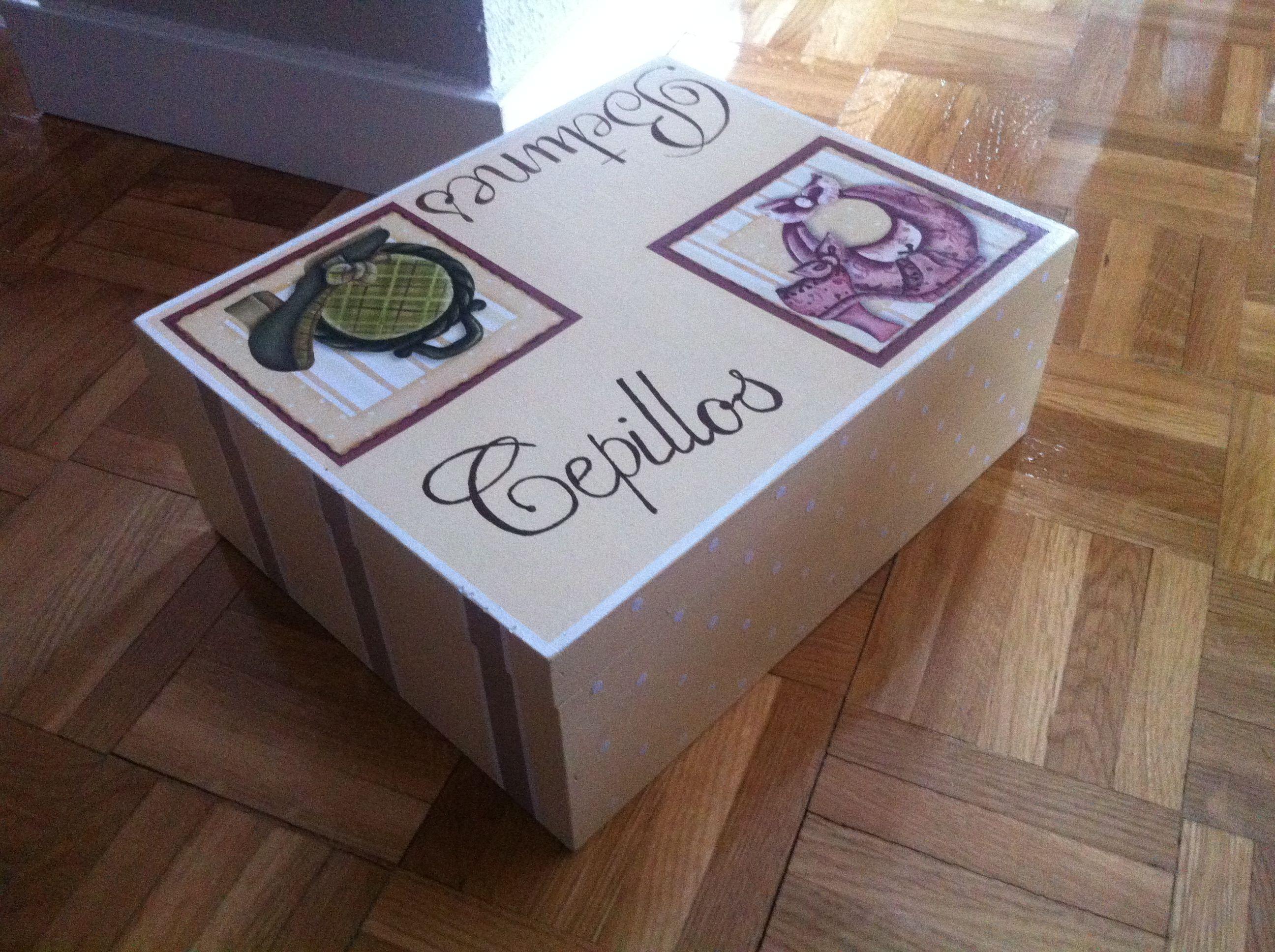 Caja pintada y con periódico. Muy vintage and chic.