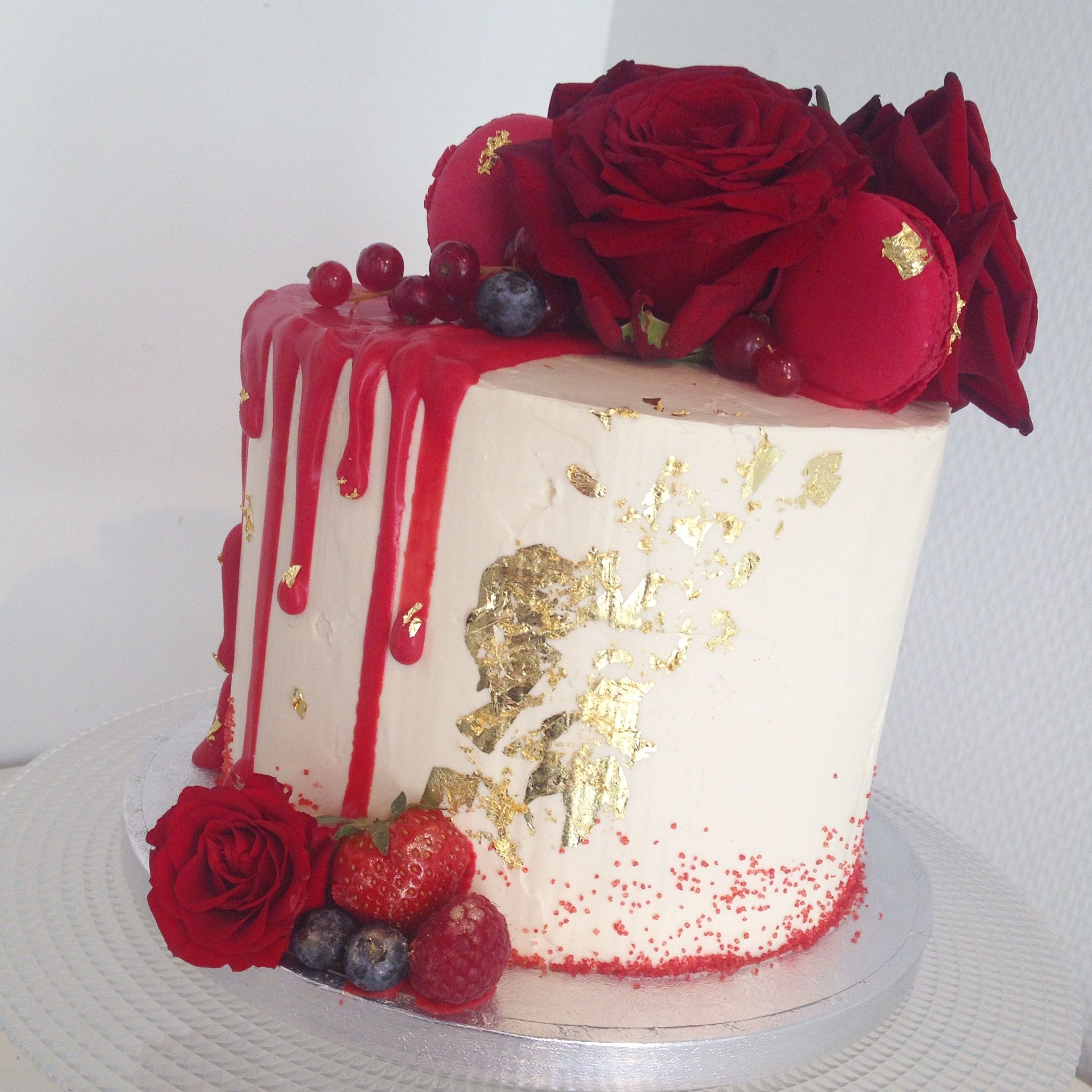 Gold and red roses drip cake