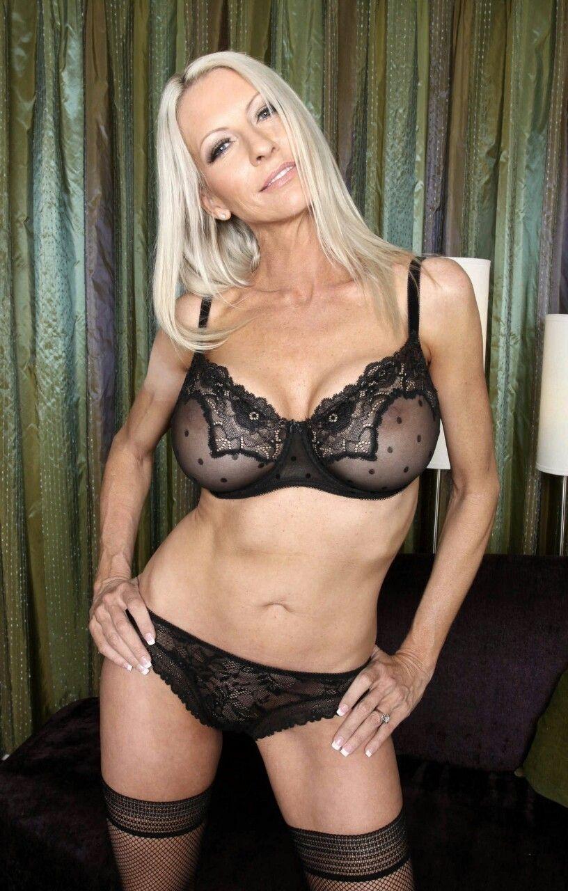 rebolando cougar sexy lingerie