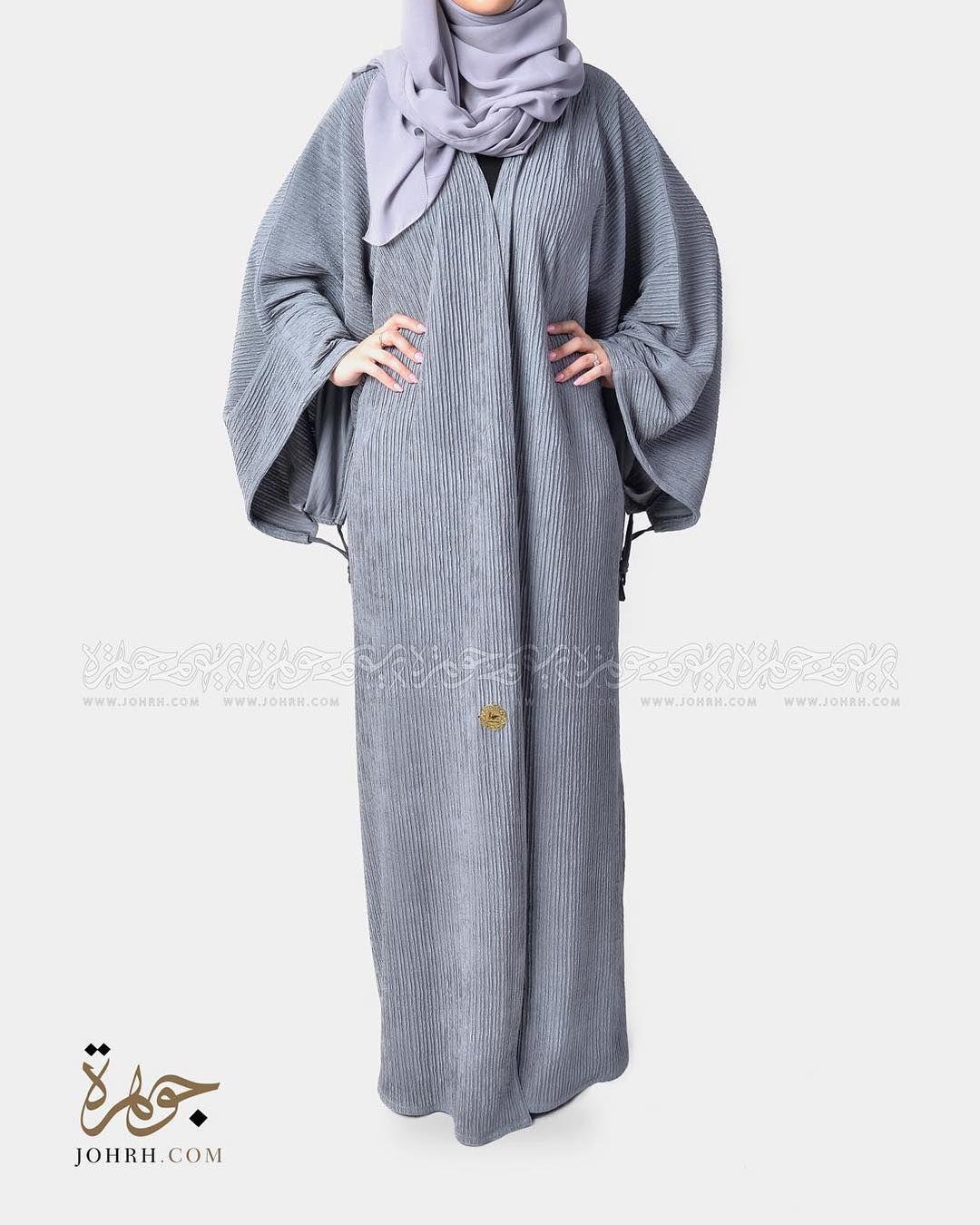 رقم الموديل 1226 السعر 230 ريال عباية بقصة اماراتية وقماش استرتش بتقليمه مميزه ولون رمادي غامق وقصة كم واسع قابله للزم بشريط في نها Coat Fashion Raincoat