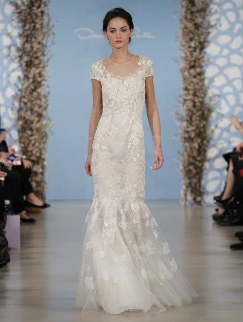 Robe de mariée droite avec manches courtes et broderies en relief sous  forme de fleurs ,