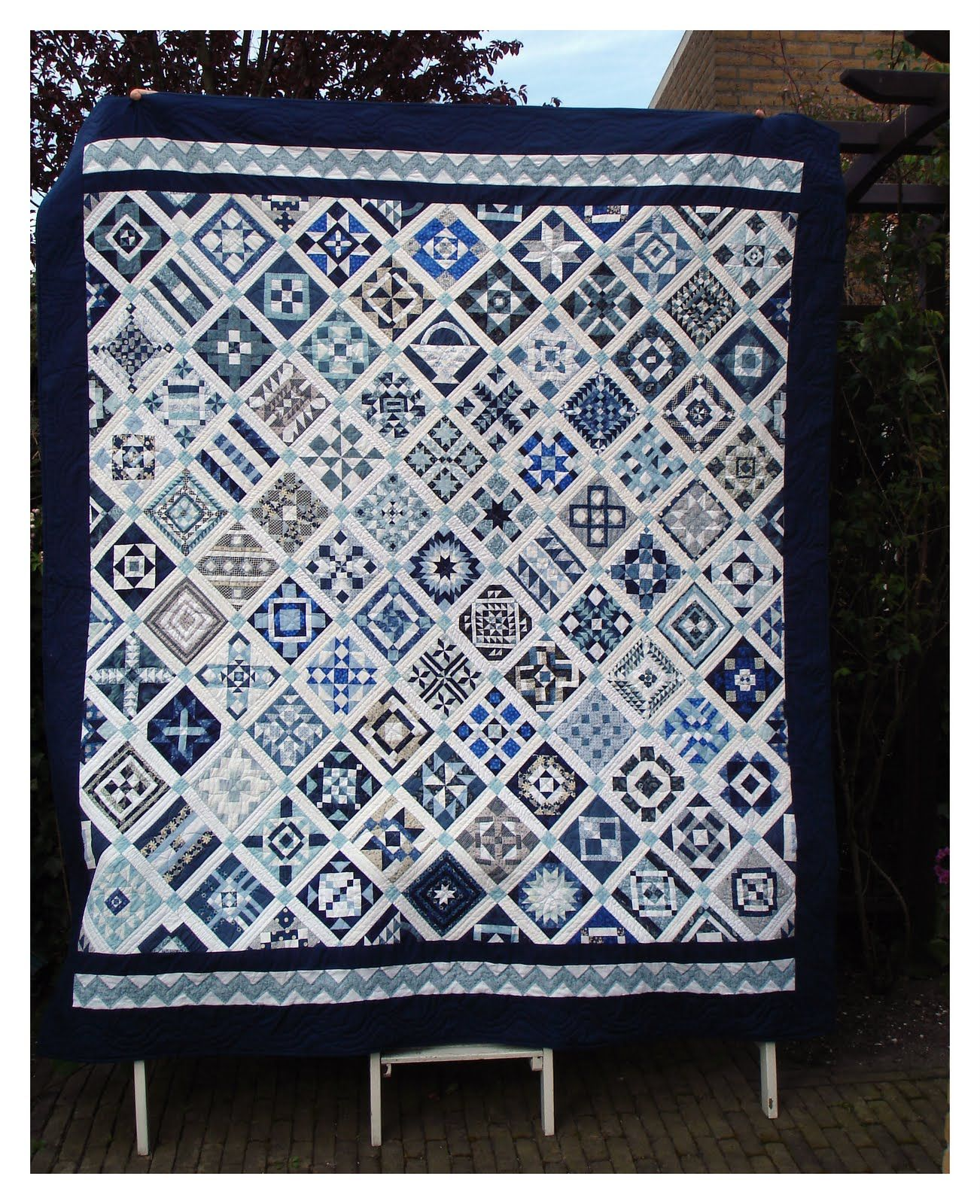 Beautiful Blue And Gray Nearly Insane Quilt By Rina At Quilt Perikelen Farmers Wife Quilt Quilts Sampler Quilts