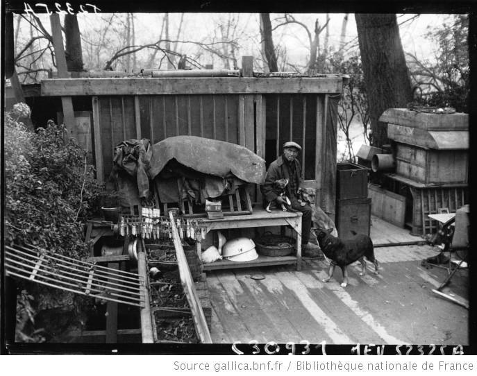 L'habitation de Jacquelin à l'Isle d'amour et les chiens : [photographie de presse] / Agence Meurisse - 1