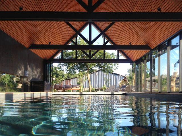 Un abri de piscine inspiré des hangars agricoles Decoration - location villa piscine couverte chauffee