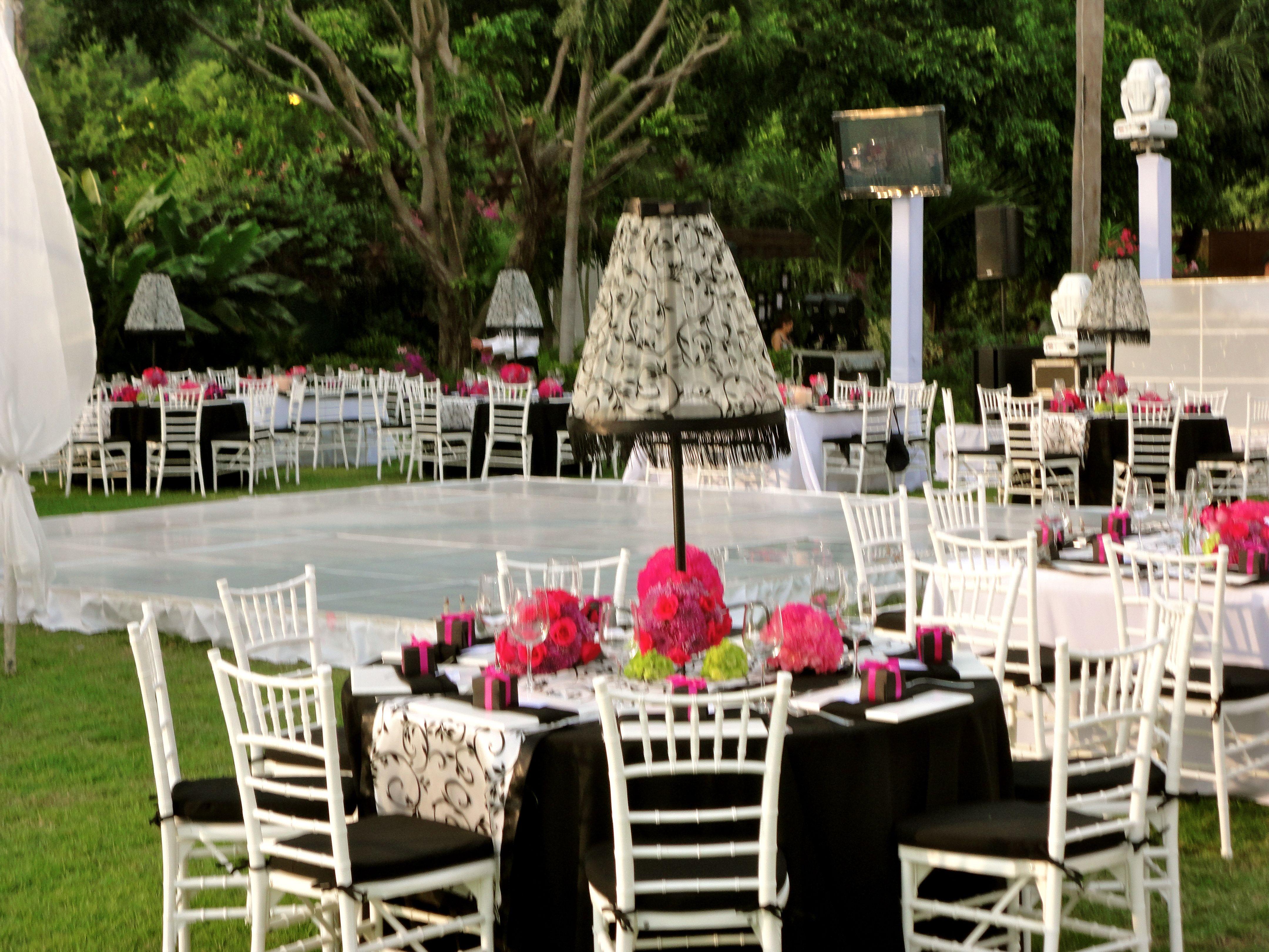 El jardin se ve increible con buenas mesas decoradas con for Boda en un jardin