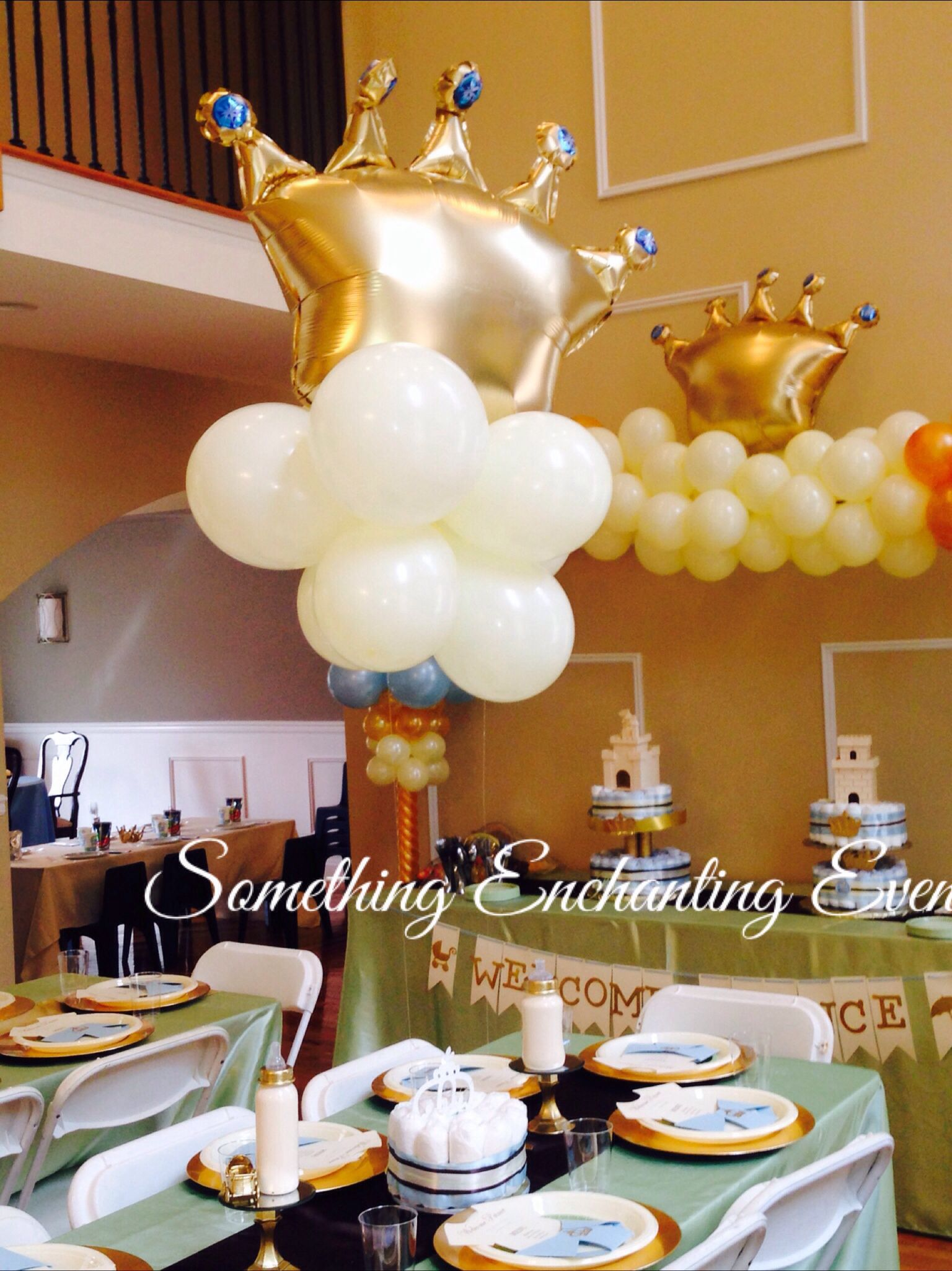 Golden floating crowns for the centerpieces welcome