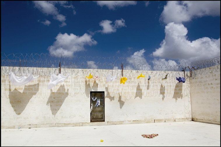 Centre de détention de Takandja où les migrants clandestins restent entre ssix et dix-huit mois Malte 2009 © Patrick Zachmann/Magnum Photos   http://www.loeildelaphotographie.com/2014/11/10/exhibition/26553/mois-de-la-photo-2014-patrick-zachmann-at-magnum-gallery?utm_source=Liste+de+diffusion+EN&utm_campaign=0f99464619-EN_2014_11_10&utm_medium=email&utm_term=0_ae1f055795-0f99464619-178891729