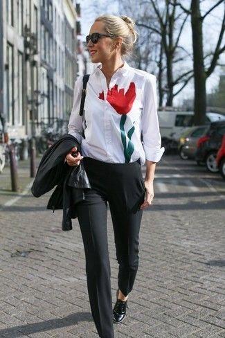 Una chaqueta de cuero negra y un pantalón de vestir negro son apropiados  para eventos casuales y el día a día. Zapatos oxford de cuero negros son  una opción ... a34542e570e7