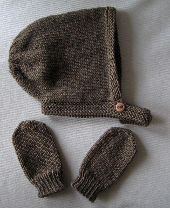 Pour accompagner l\u0027écharpe pour ma petite fille et utiliser les restes de  laine, j\u0027ai fait un petit bonnet et des moufles  .