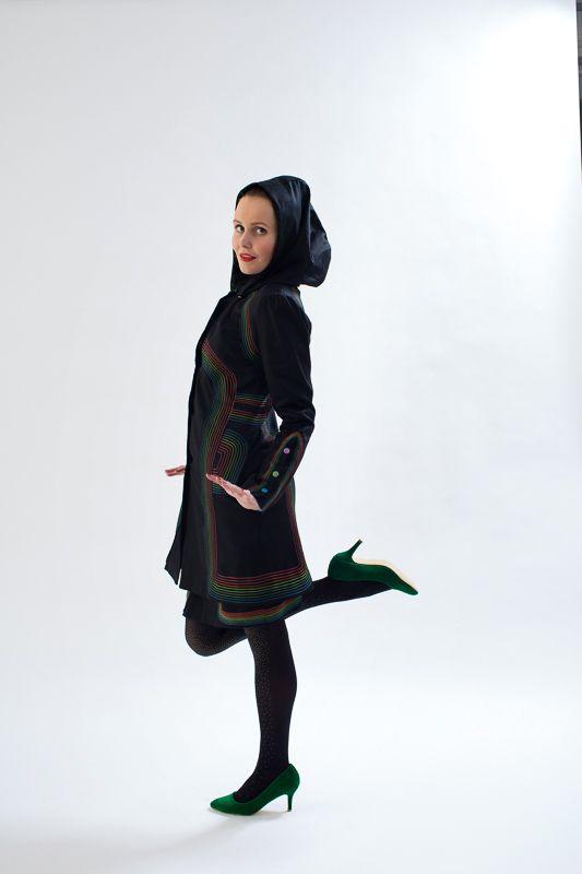 KOKO neon black Jarný elegantný kabát včiernom prevedení je velice detailne vypracovaný acelý podlepení vlizelínom naspevnenie. Kabát je rovného strihu, ktorý krásne obkreslí postavu, oblé prestrihy sú prešité neon nitami, ktoré podtrhujú čistú harmoniu spuncom elegancie.
