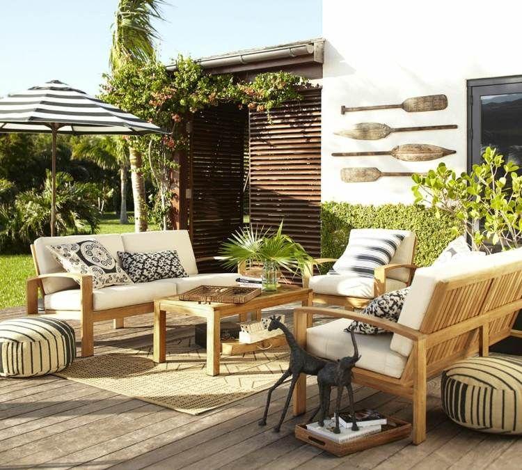 Fancy Maritim eingerichtete Terrasse mit Streifenmuster und Paddel als Wanddeko