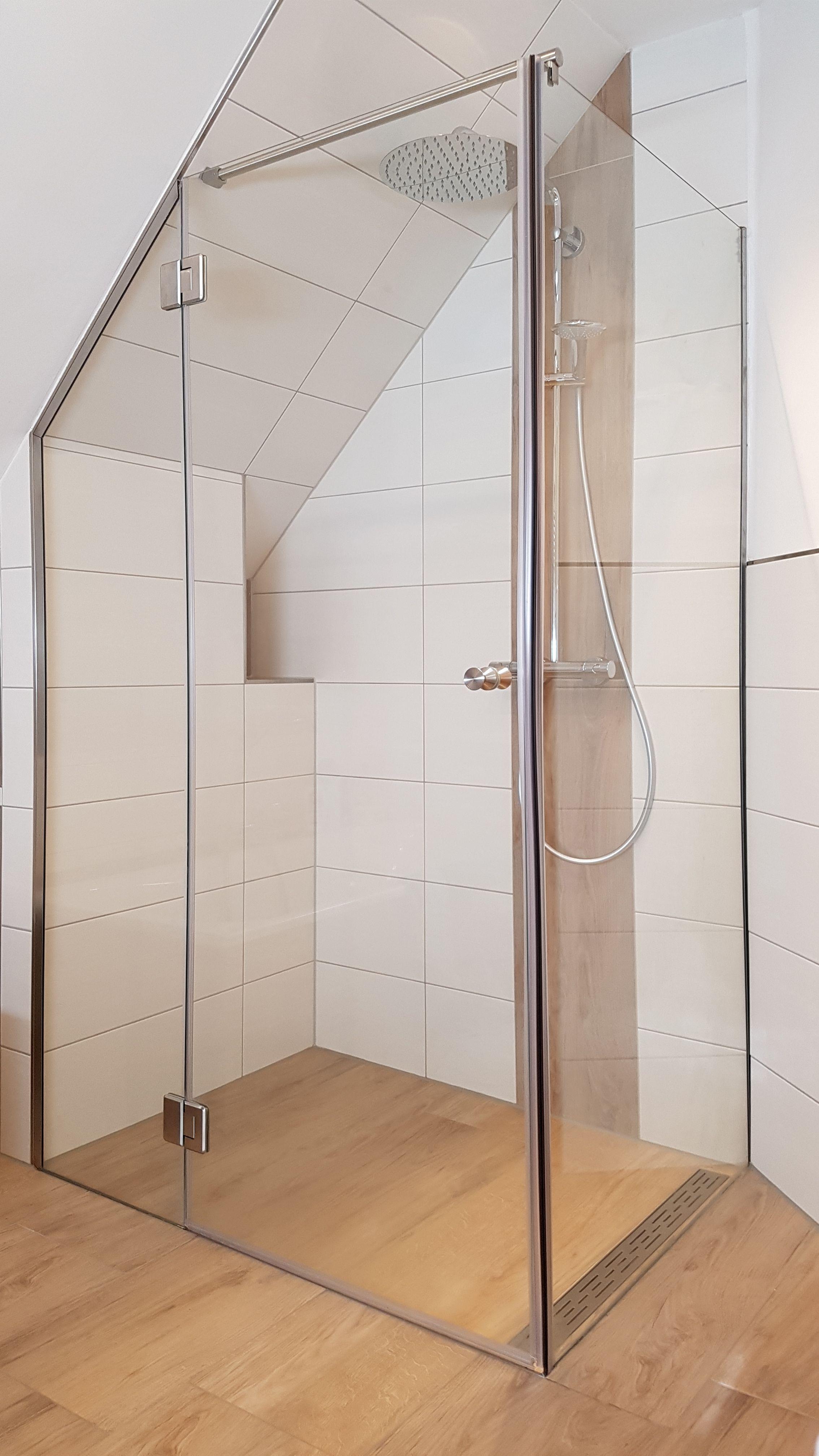 dreiteilige eckdusche mit schr gem festteil f r eine dachschr ge duschen aus glas pinterest. Black Bedroom Furniture Sets. Home Design Ideas