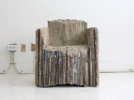 La sedia di cartone in un confanetto con un mini book un dvd e un