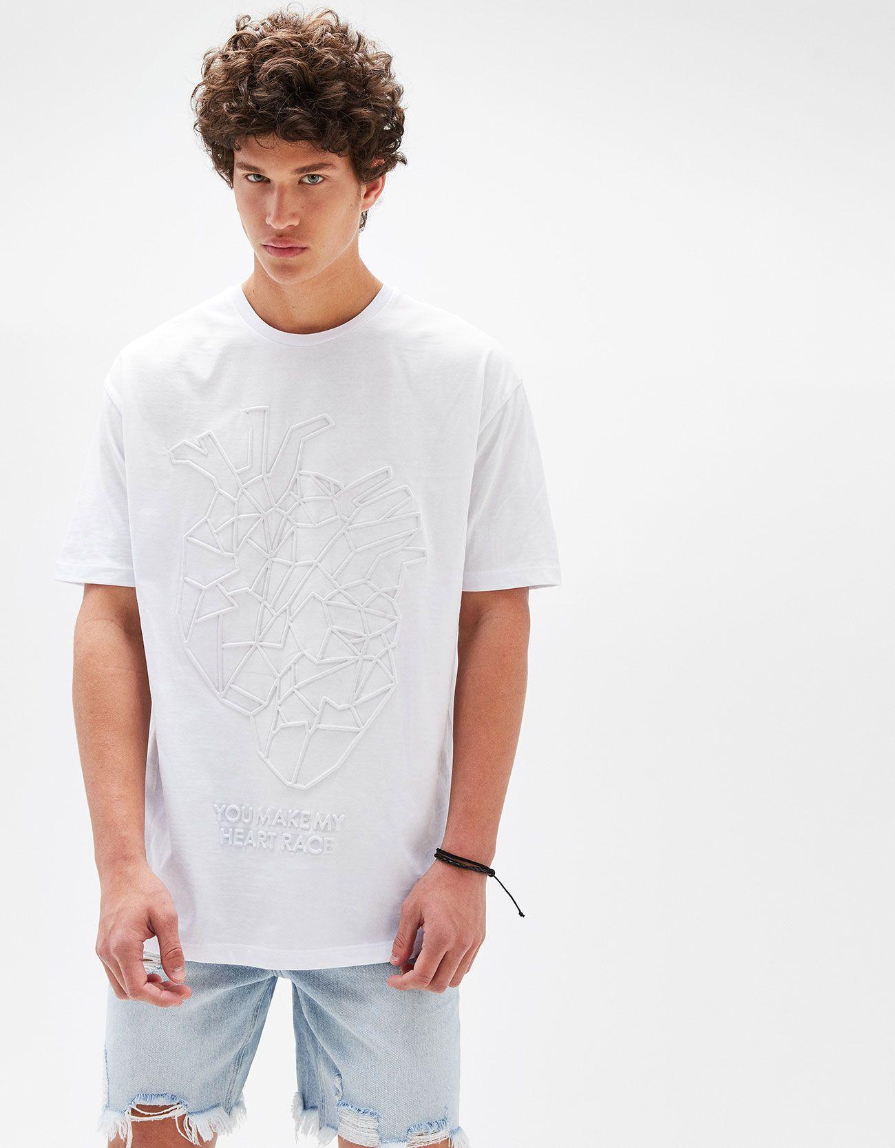 Camiseta estampado relieve Wolf/Heart. Descubre ésta y muchas otras prendas en Bershka con nuevos productos cada semana
