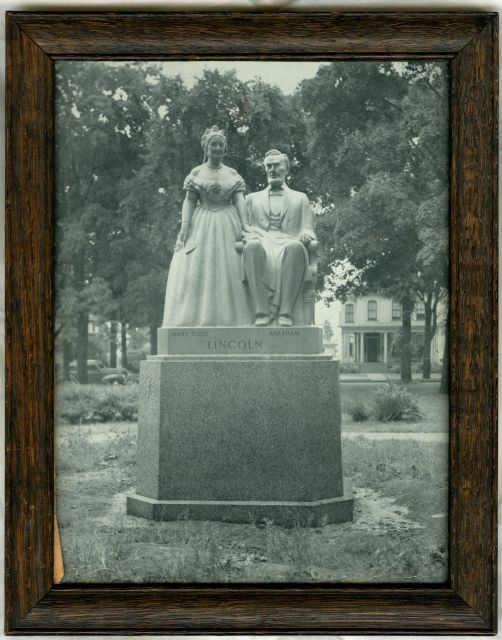 Image: Abraham and Mary Lincoln statue
