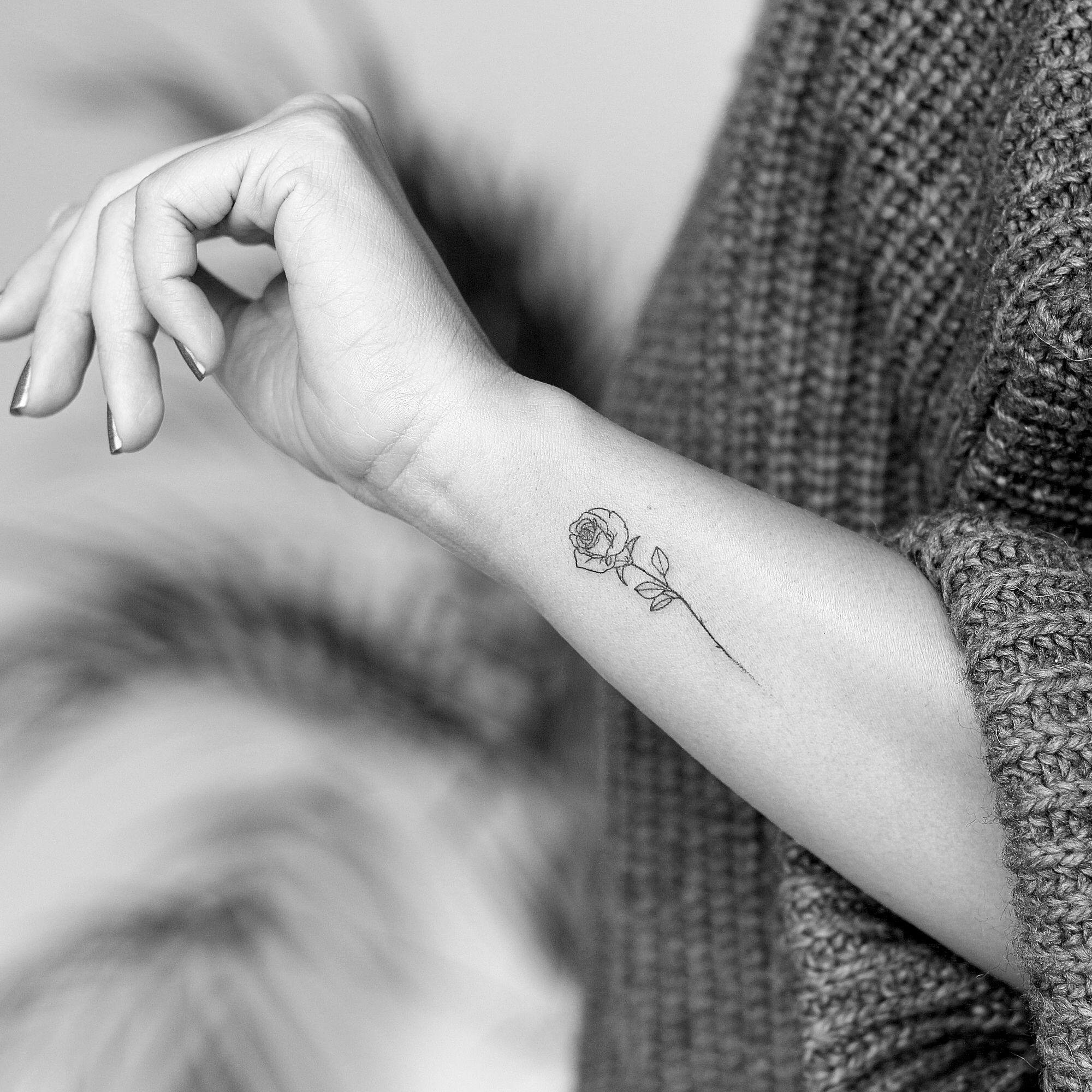 Pin Von Anna Dutkowiak Auf Inspirujace Minimalistisches Tattoo Rose Tattoo Ideen Zartes Tattoo