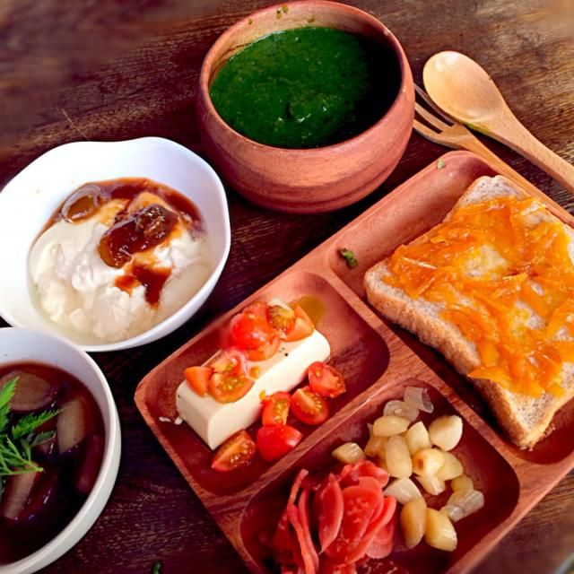 グリーンスムージーにはご近所の畑から頂いた小松菜、春菊、水菜と柿が入ってます。ベジブロスのスープは塩だけで味が決まるので本当に便利。うちでとれた人参やご近所の畑でとれた大根、サツマイモが入ってます。 - 17件のもぐもぐ - ベジブロスの根菜スープと自家製豆乳ヨーグルトのお手製梅ジャムがけと柿と旬野菜のグリーンスムージーと豆腐のカプレーゼとレディーサラダの自家製甘酢漬けとお手製らっきょと全粒粉パンのトーストお手製マーマレードがけ by toki69