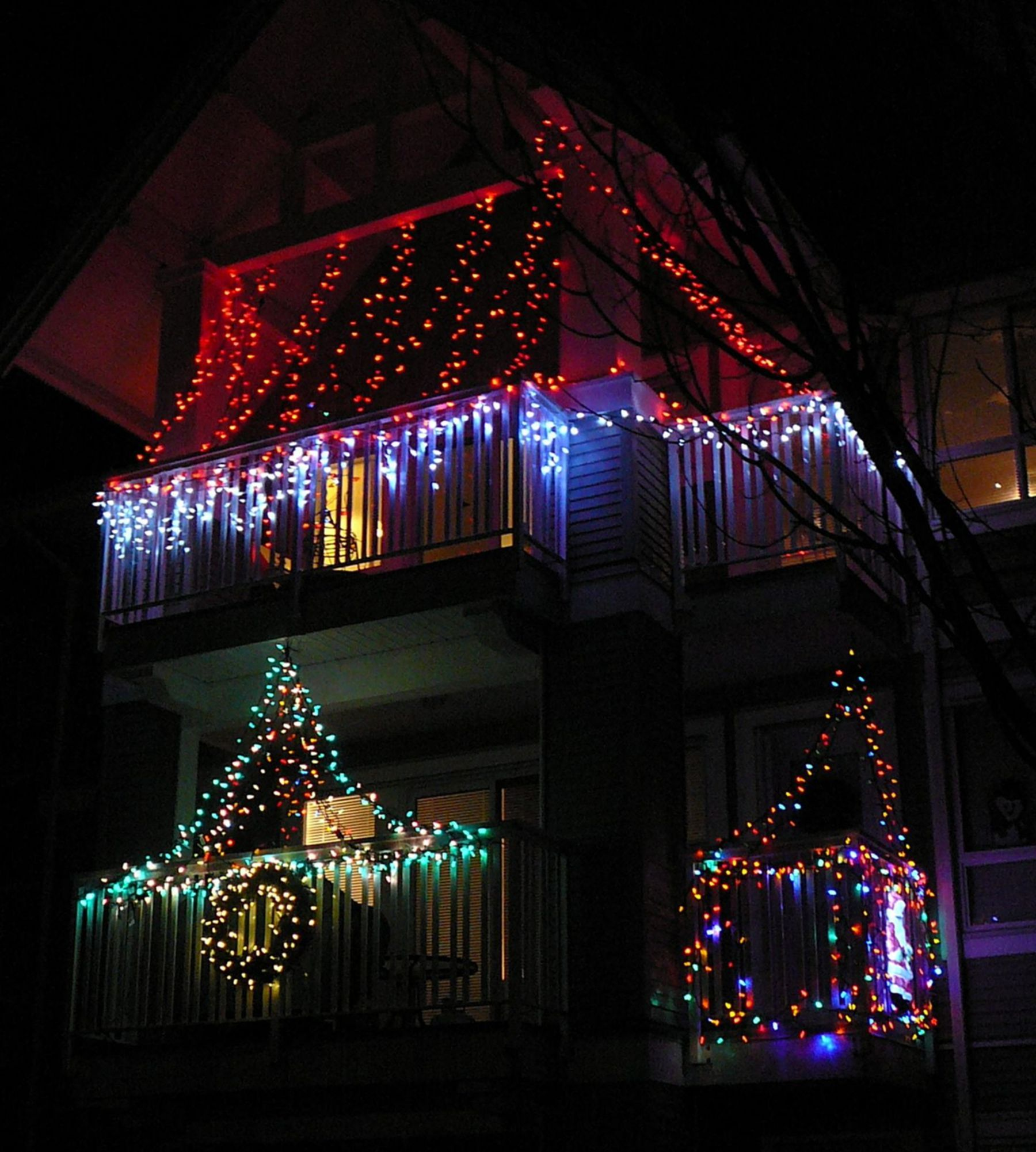 20 cool christmas lights decorating ideas for balcony decorating with christmas lights on christmas balcony decorations apartment patio id=48933