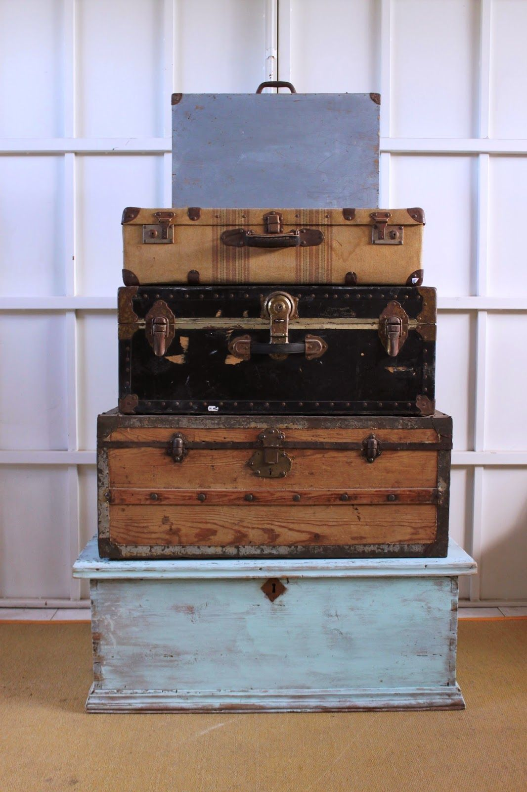 Ba les de viaje maletas y arcones antiguos los - Papeles pintados originales ...