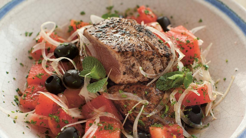 Tonijn met een sumakkorstje en watermeloensalade