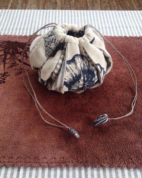 """Удобный мешочек для посуды и всевозможных мелочей из коллекции """"sea Inside""""。 Материал: хлопок, лен; шнурок плетеный, лощеная нить。 Размер: 17х17 см, высота 12 см 。 https://www.instagram.com/thuja_art3#омияги#мешочек"""