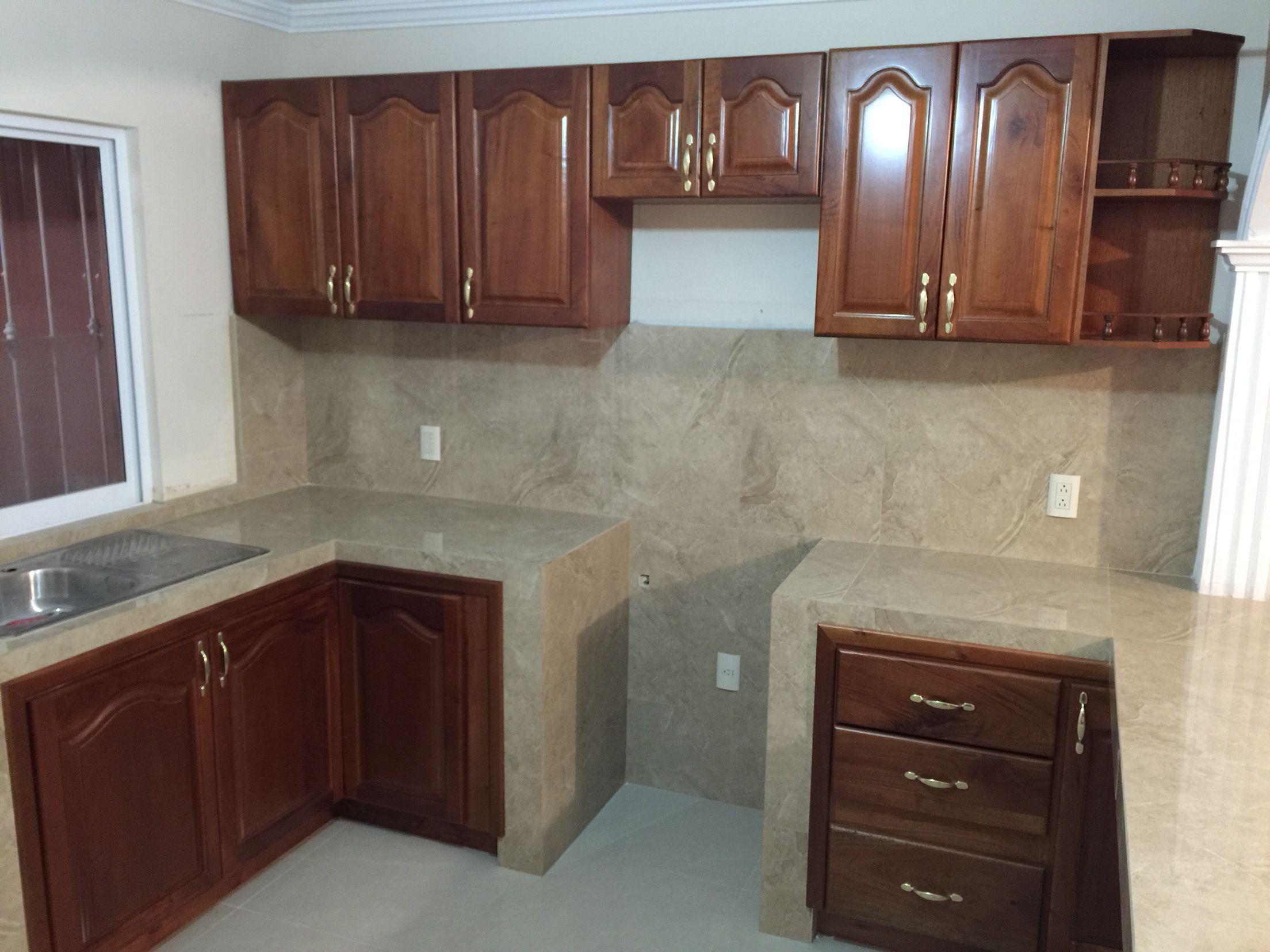 cocina integral en madera de cedro con puertas estilo