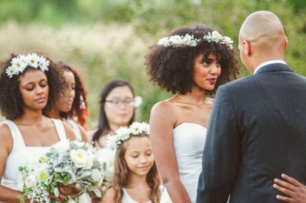 Penteados para noivas de cabelos cacheados - cabelo solto com guirlanda de flores