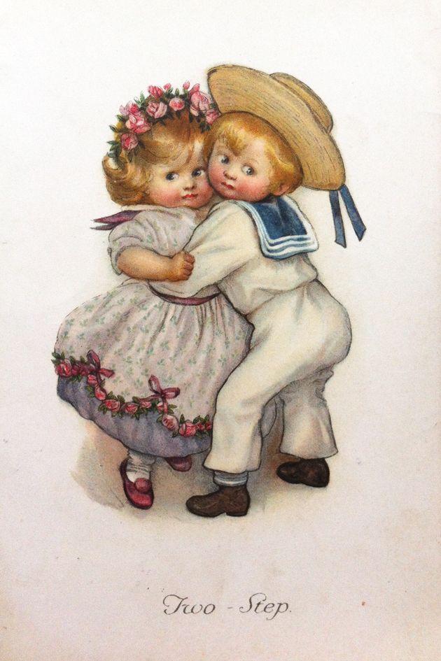На открытке мальчик и девочка, изображением девочки движущиеся