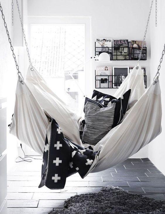 L'amaca da interno è un modo originale per portare il relax in casa. Si adatta ad ogni ambiente e stile, basta scegliere quello giusto...