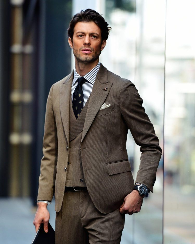 f3a14be178ce5 男たちが大人G-SHOCKに夢中なワケ⑤「出張時はコレ一本で完結!よりシックなシルバーのモデルならクラシックなスーツにもイケる」