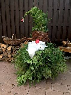 Weihnachtswichtel aus Wacholder-Zweigen - Basteln für Weihnachten - Weihnachtsdeko für den Garten. Der Wichtel sieht auch vor der Haustüre lustig aus :-) #outdoorchristmasdecorations