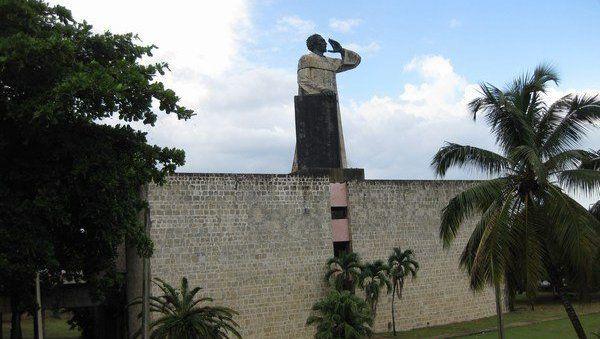 Monumento a Fray Antón de Montesinos muestra notable deterioro