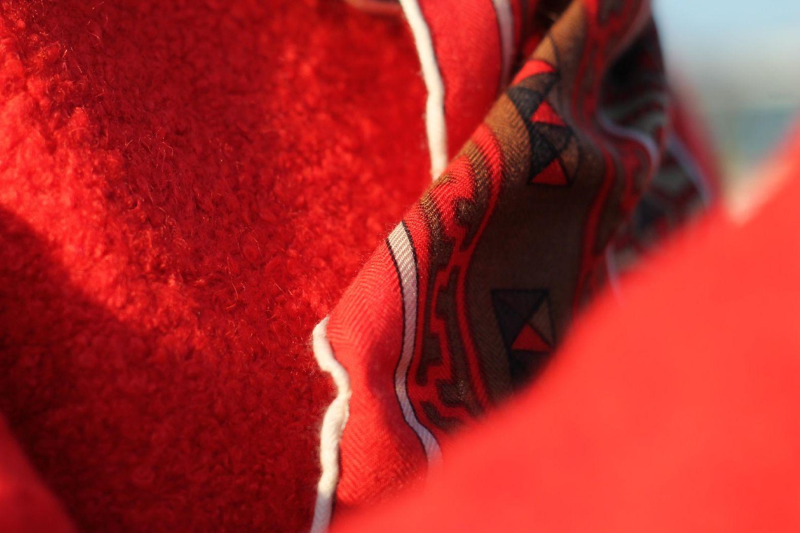 Bouclé Mantel aus Wolle / Poly Mix und das Tuch ist aus einer Kaschmir / Seidenmischung