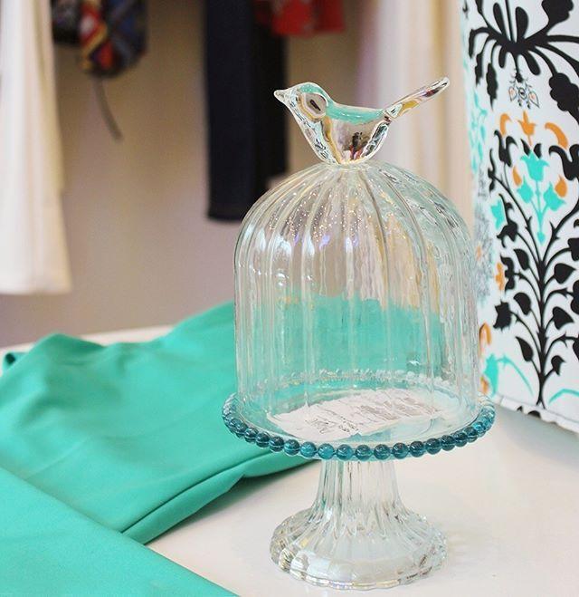 Cantinho da nossa loja, com destaque para o nosso porta bolo, com cúpula e pássaro no topo. Venha nos fazer uma visita e fique por dentro das novidades da nossa #LinhaHome.   #poire #temnapoire #decor #cute #sweet