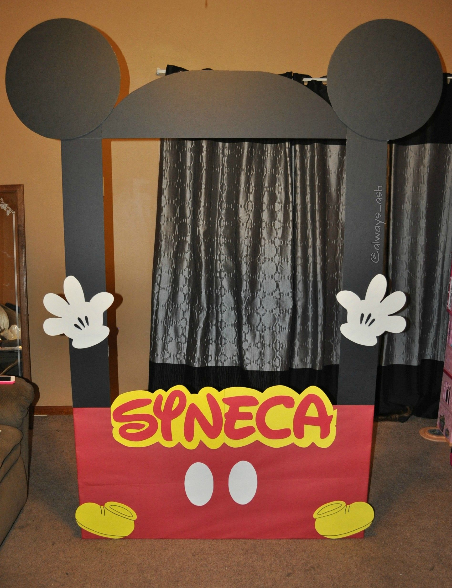 DIY Mickey Mouse photo booth frame DIYCrafts Pinterest