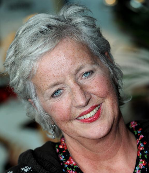 Maria Goos 25-02-1956  Nederlandse schrijfster die vooral bekendheid heeft verworven als scenario-schrijfster van televisieseries, toneelstukken en films. Ze wordt rond 1986 ook gevraagd om voor televisie te schrijven. Dat resulteerde in de jaren negentig in de advocatenserie Pleidooi, later gevolgd door Oud Geld.  https://youtu.be/qy4oB9KKHio
