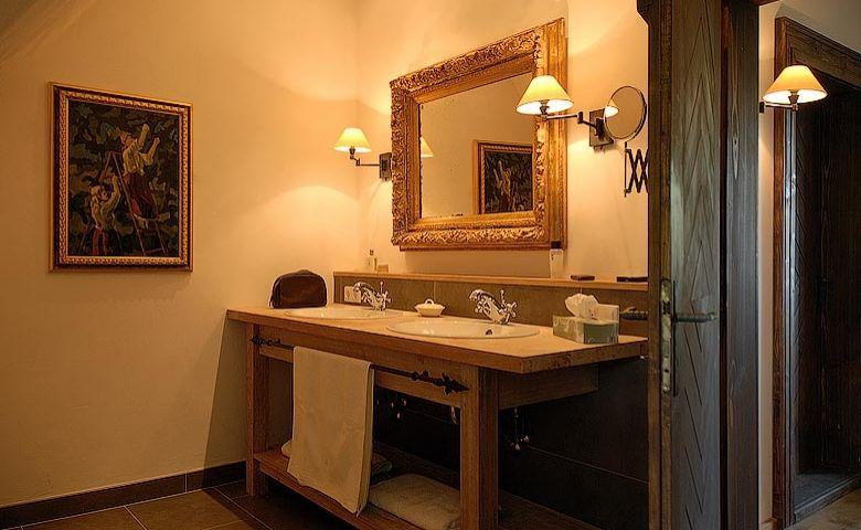 Traditional lodge bathroom
