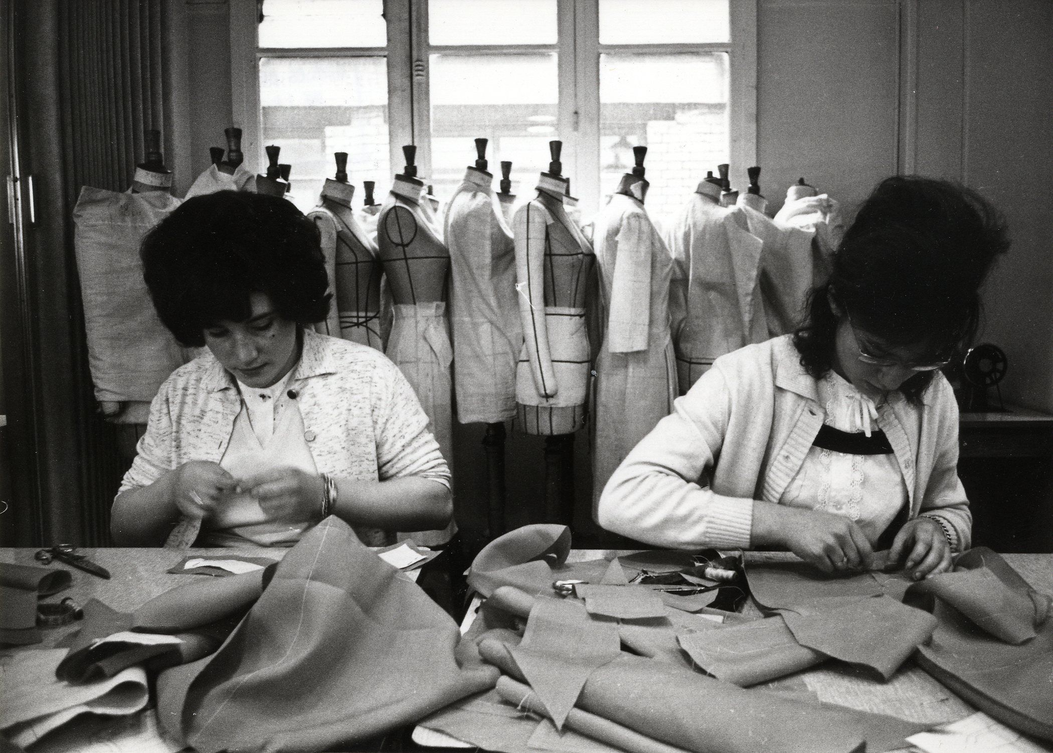 Epingle Par La Mode A Travers Les Siecles Sur Ateliers De Haute Couture Couture Parisienne Ecole De Mode Atelier De Couture