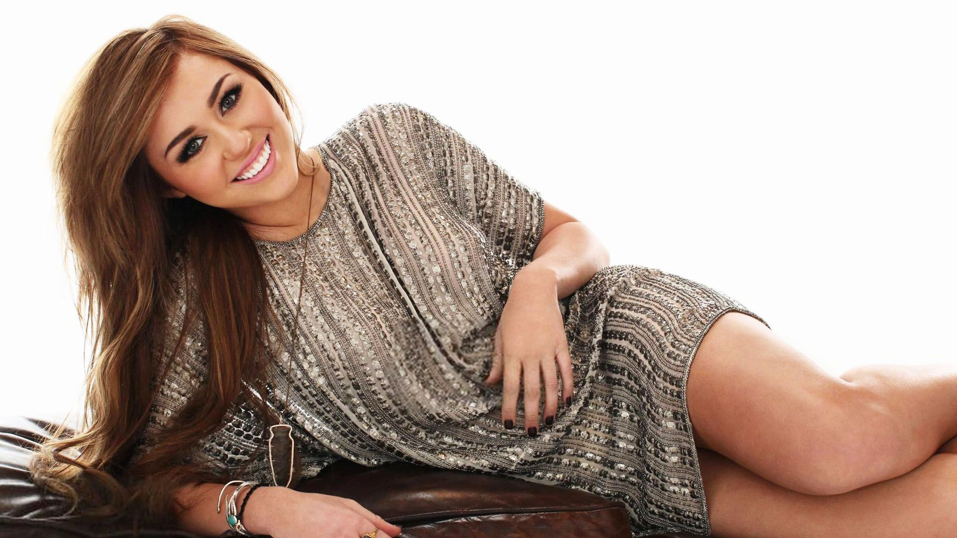 Smiling Miley Cyrus Latest Hd Wallpaper Miley Cyrus
